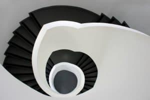 מדרגות שיש שחור